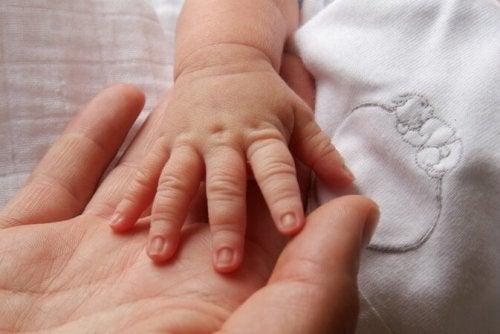 nicht wertschätzen - Hände Mama und Baby
