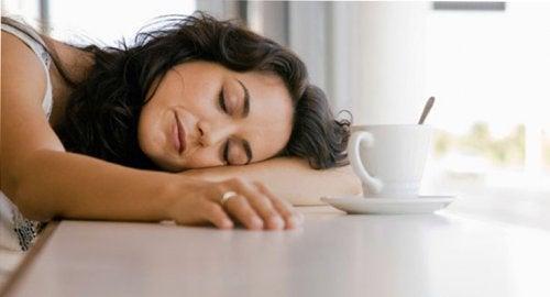 sehr erschöpft - schlafende Frau