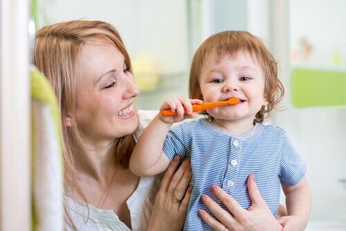 Babys erste Zähne sollten ab einem Alter von 18 Monaten geputzt werden.