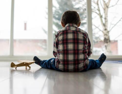 Kinder mit Bindungsstörung müssen erst wieder lernen, einer Bezugsperson zu vertrauen.
