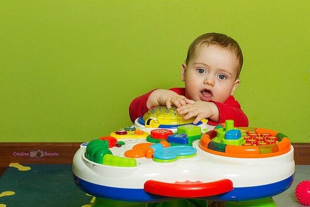 Das Kind freut sich über Spiele für Babys