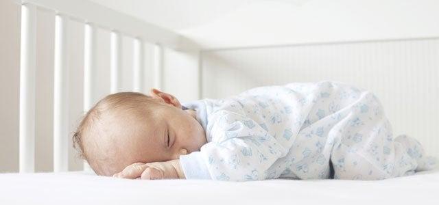 Die Ferber-Methode - Baby schläft allein in Krippe
