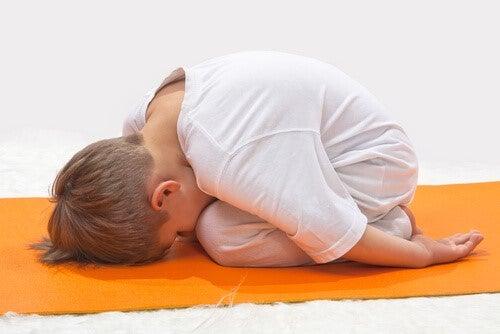 Die Schildkrötentechnik - Junge auf Yogamatte