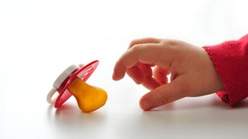 Der Gebrauch des Schnullers kann auch das Stillverhalten beeinflussen.