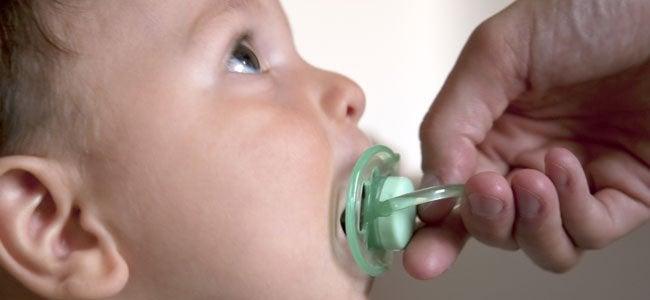 Der Gebrauch des Schnullers sollte ab dem 2. Lebensjahr abnehmen.