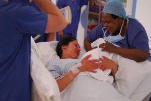 Kind bei der Geburt