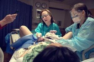 Kind bei der Geburt Operation