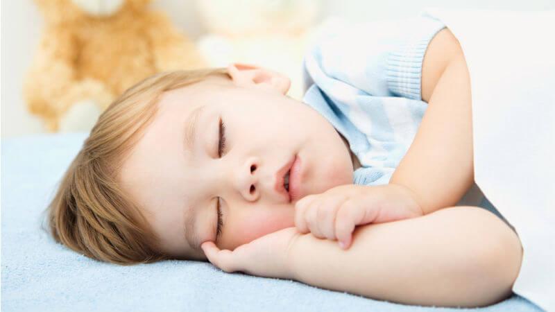 Kind bittet um Wasser vor dem Schlafen