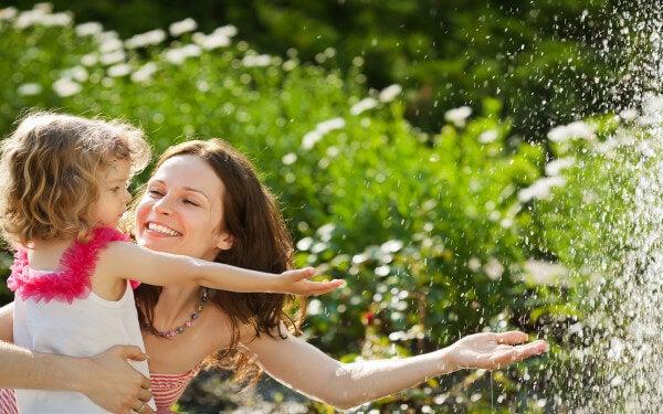 Mutter und Tochter genießen die gemeinsame Zeit