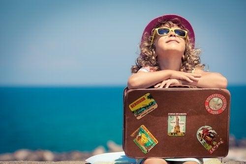 Reisen und andere Kulturen - Mädchen mit Koffer