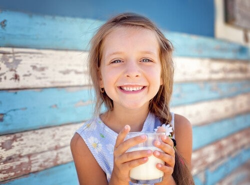 Vorbeugung von Anämie - Mädchen trinkt Milch