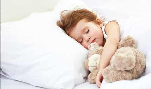 Wie viel sollte ein Kind schlafen?