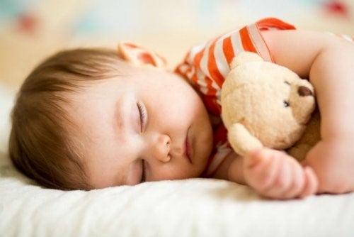 Wie viel sollte ein Kind schlafen - schlafender Junge