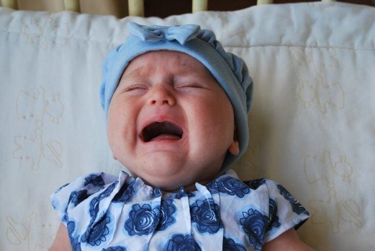 Die Bedeutung davon, sich um das Baby zu kümmern, wenn es weint