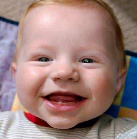 Der erste Zahn deines Babys - 6 Anzeichen dafür