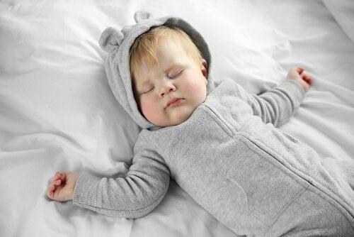 Zweijährigen Grenzen zu setzen - schlafendes Baby