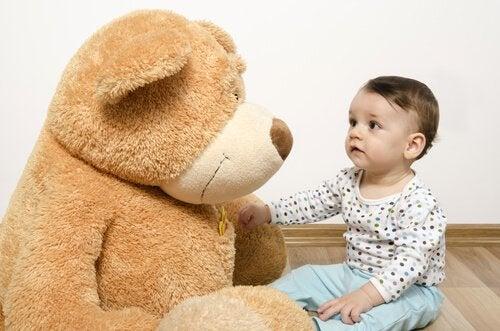 Kind mit Teddy: motorische Fähigkeiten