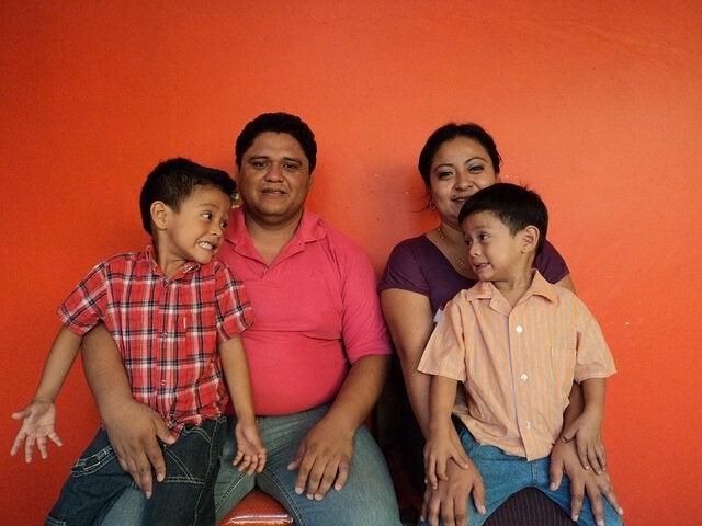 Zuneigung auszudrücken - familie-zeigt-zuneigung