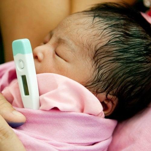 Fieber kann Ursache für Dehydrierung bei gestillten Babys sein