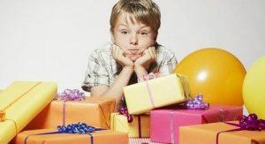 zu viel spielzeug kind geschenke