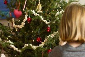 zu viel spielzeug weihnachten kind
