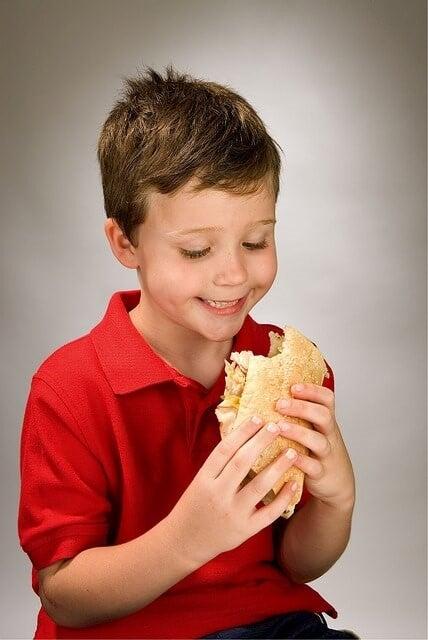 gesunde Snacks - Junge isst Brötchen
