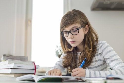 Gehirn von Mädchen: Mädchen lernt