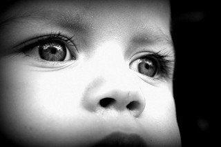 Anzeichen von Autismus - kind-schwarzweiss