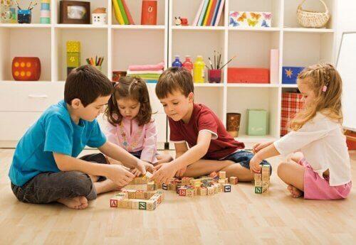 Spiele für Kinder - kleinkinder-spielen-mit-bloecken