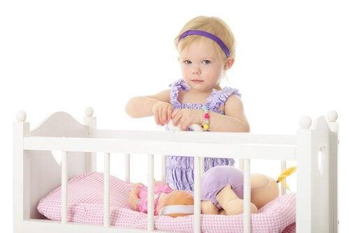 Kinderbett mit Mädchen