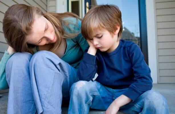 logisches Denken beibringen indem die Mutter dem Kind Dinge erklärt