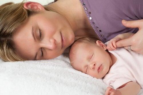 Plötzlichem Kindstod vorbeugen - Kind schläft bei Mutter