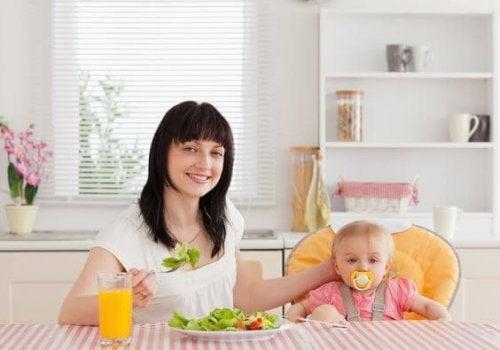 Mutter nach Gewichtszunahme durch Stillen
