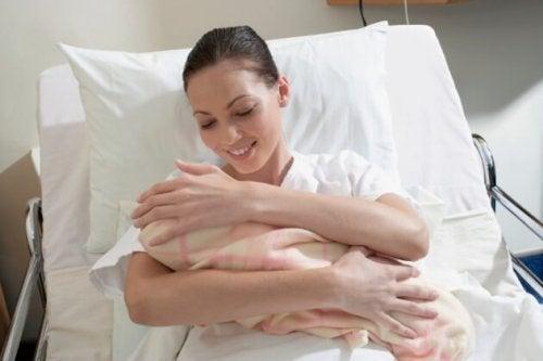 nach der Geburt sind unangenehme Dinge bei der Geburt vergessen