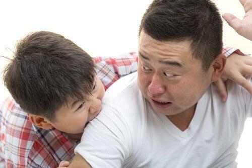 schlagen und beißen - Junge beisst Vater
