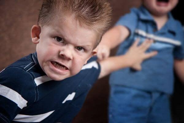 schlagen und beißen - aggressiver Junge