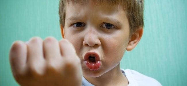 Wie man sich Kindern gegenüber verhält, die schlagen und beißen