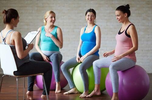 Vor allem anstrengenden Sport sollen schwangere Frauen nicht machen. Geeignet ist hingegen Yoga.
