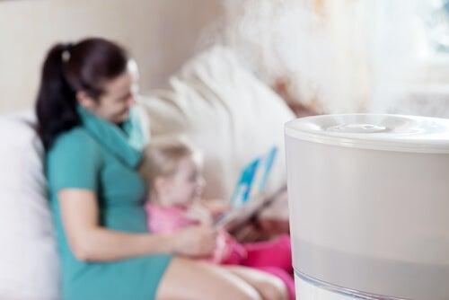 Auch ein Luftbefeuchter ist eine hervorragende Hilfe gegen eine verstopfte Nase bei Babys.