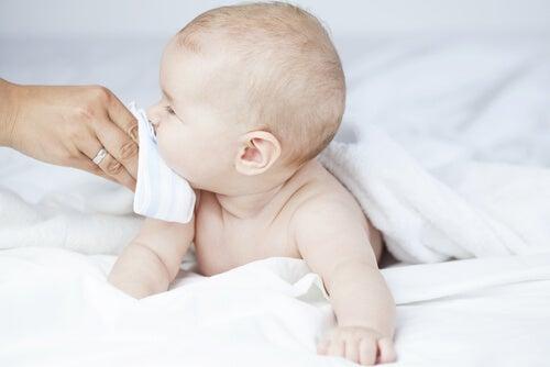 Ein Nasensekretsauger ist eine Gute Hilfe gegen eine verstopfte Nase bei Babys.