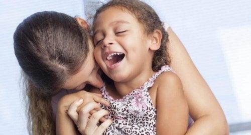 wundervolle Wahrheiten - Mutter und Tochter lachen