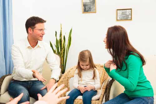 3 Dinge, die Eltern nicht vor ihren Kindern besprechen sollten