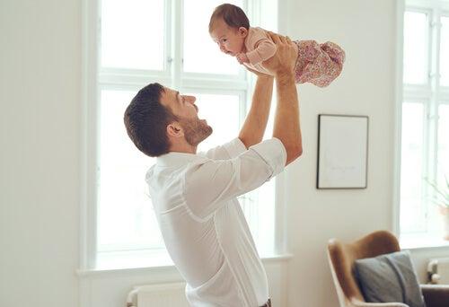 Das Baby sollte durch den Landau-Reflex seinen Rumpf begradigen und die Gliedmaßen und den Kopf heben.