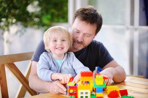 Vater und Sohn genießen gemeinsam die psychologischen Vorteile von LEGO.
