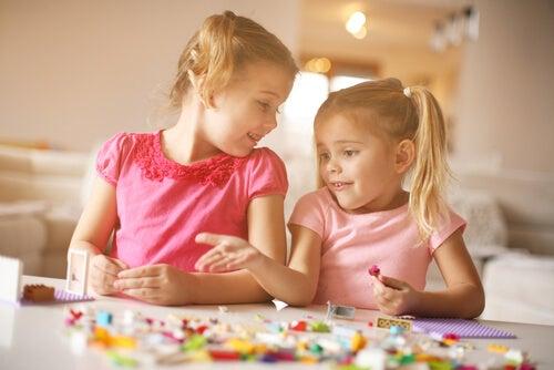 Vorteile von LEGO: auch die Kommunikation wir beim gemeinsamen Spielen entwickelt.