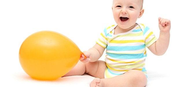 Baby mit Ballon aufsetzen