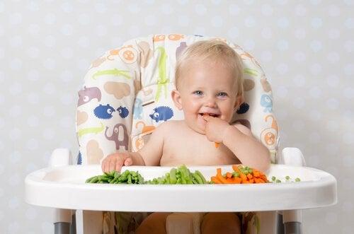 Kind isst feste Nahrung