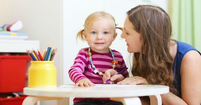 logisches Denken beibringen indem die Mutter dem Kind Dinge vormacht