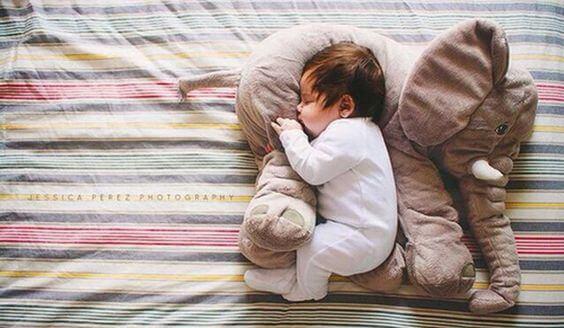 Kinder im Dunkeln schlafen mit bequemem Schlafanzug