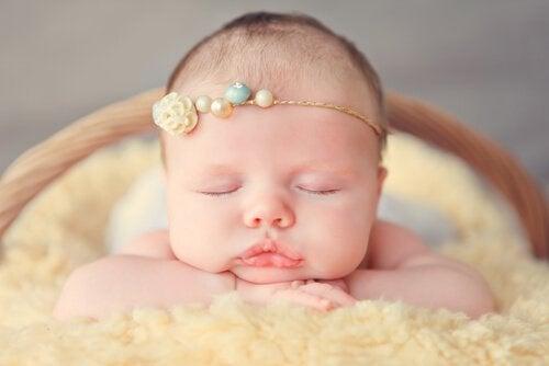 Kopfbänder oder Stirnbänder für Babys sollten elastisch sein